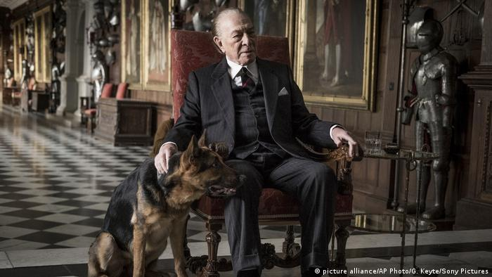 Filmstill All the Money in the World mit Christopher Plummer in Rollstuhl und Hund (picture alliance/AP Photo/G. Keyte/Sony Pictures)