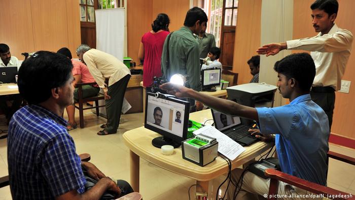 Indien Aadhar Card biometrische Personen-Indentifizierung (picture-alliance/dpa/N. Jagadeesh)