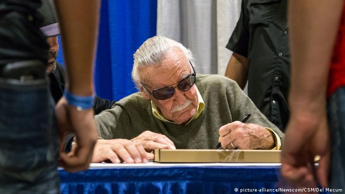 Stan Lee signing autographs (picture-alliance/Newscom/CSM/Del Mecum)