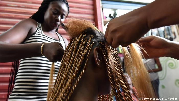 Elfenbeinküste Frau bei Friseur in Abidjan