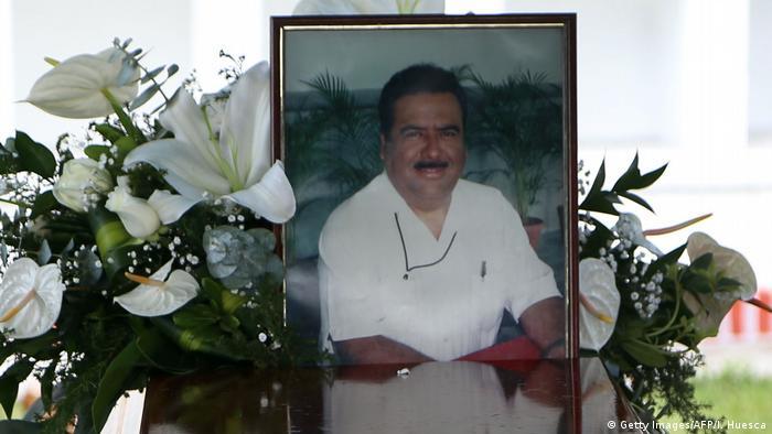 Mexiko Journalist Ricardo Monlui Cabrera image with flowers