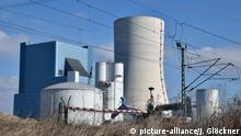 Das Steinkohle-Kraftwerk Datteln 4 am 23.03.2017 mit Bahnschranke. | Verwendung weltweit