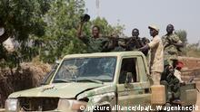 Kämpfer der SPLA-N stehen am 12.02.2017 in Heiban (Sudan) auf einem Pick-Up Fahrzeug. Die Nuba Berge werden von den Rebellen der sudanesischen Befreiungsarmee (SPLA-N) und deren politischen Arm (SPLM-N) gehalten. (zu dpa:Die Angst vor der Antonow - vom vergessenen Konflikt in Sudans Bergen vom 06.04.2017) Foto: Laura Wagenknecht/dpa +++(c) dpa - Bildfunk+++ | Verwendung weltweit