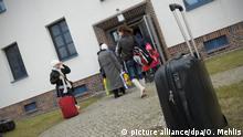 ARCHIV - Ein Reisekoffer steht am 18.12.2013 in der Oderland Kaserne in Frankfurt/Oder (Brandenburg) vor der neuen Flüchtlingsunterkunft. (zu dpa «Schröter stellt neue Erstaufnahme für Familien vor» vom 23.02.2017) Foto: Oliver Mehlis/ZB/dpa +++(c) dpa - Bildfunk+++ | Verwendung weltweit