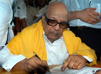 Tamil Nadu Chief Minister Karunanidhi has called on New Delhi to issue ultimatum to Colombo