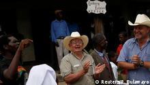Simbabwe Rob Smart und sein Sohn Darreyn bekommen ihre Farm zurück