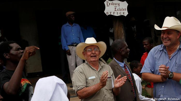 Simbabwe Rob Smart und sein Sohn Darreyn bekommen ihre Farm zurück (Reuters/P. Bulawayo)