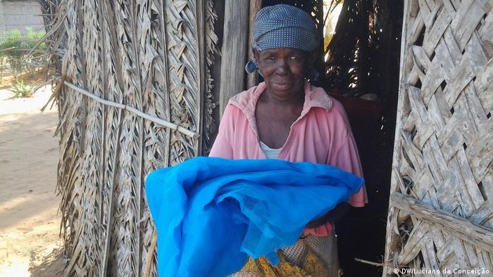 Mosambik Frau mit Moskitonetz