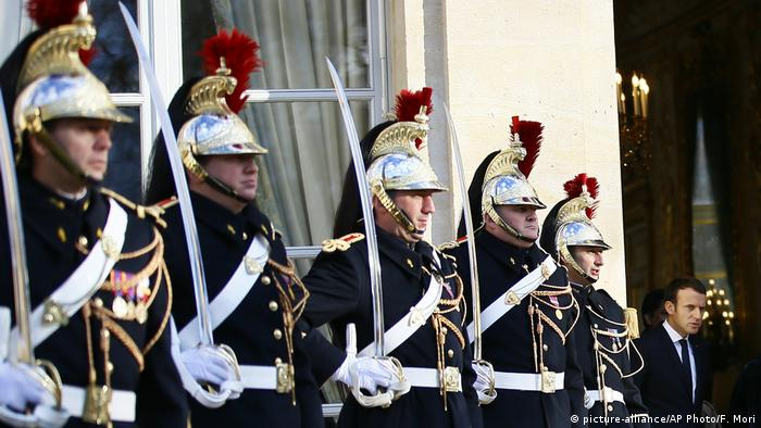 Guards at the Elysee Palace in Paris (picture-alliance/AP Photo/F. Mori)