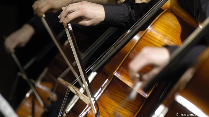 Nahaufnahme dreier Cellos, die gespielt werden