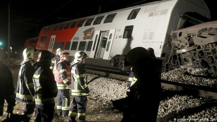 Rescue personnel check out the scene of a train crash in Kritzendorf, Austria (picture-alliance/AP/R. Zak)