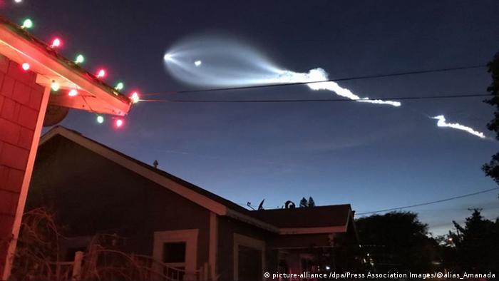 Los satélites SpaceX, como los que se envían al espacio en esta imagen de 2017, a menudo se confunden con ovnis, dice Peiniger