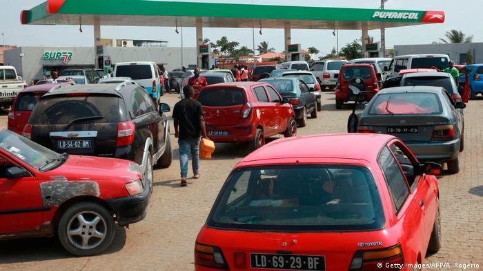 Filas em posto de abastecimento em Luanda, na quinta-feira (21.12)