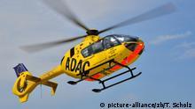 ein Rettungshubschrauber vom Typ EC-135 der ADAC Luftrettung startet von einem Krankenhaus in Dresden   Verwendung weltweit