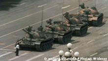 China Mann stoppt Panzerkolonne Tiananmen-Platz 1989 (picture alliance/AP Photo/J. Widener)