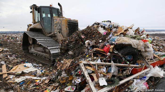 Бульдозер на мусорном полигоне в России