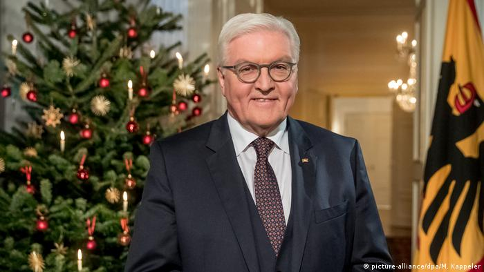 Frank-Walter Steinmeier in front of Christmas tree (picture-alliance/dpa/M. Kappeler)