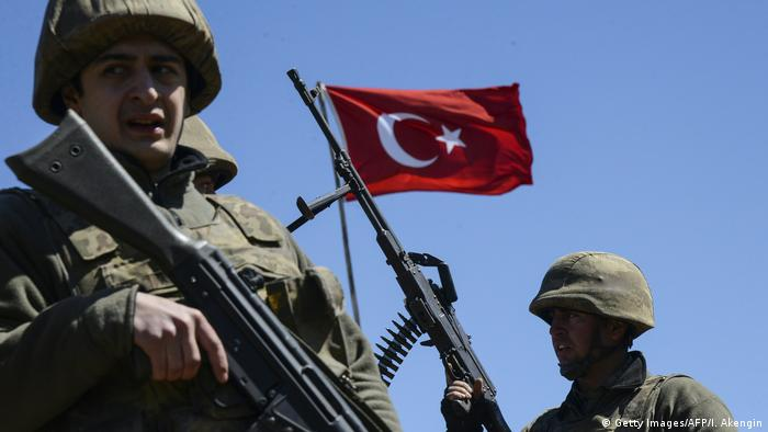 Türkische Soldaten - Türkische Flagge (Getty Images/AFP/I. Akengin)
