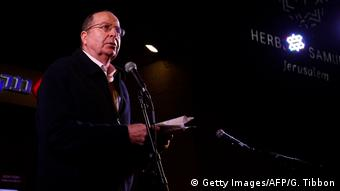 Former defense minister Moshe Yaalon addresses a right-wing demonstration against corruption.