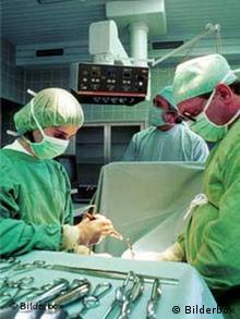 Ärzte bei der Arbeit im Operationssaal