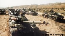 ARCHIV - Blick auf sowjetische Panzer in der Nähe der afghanischen Landeshauptstadt Kabul im Juni 1980. Im Dezember 1979 marschierten sowjetische Truppen in Afghanistan ein, um die gegen die Regierung kämpfenden muslimischen Rebellen zu bekämpfen. Begründet wurde der Einmarsch durch einen im Dezember 1978 mit der kommunistisch orientierten afghanischen Regierung abgeschlossenen Beistandspakt. Foto: dpa ((zu dpa Breschnew-Doktrin: Moskaus Interesse vor staatlicher Souveränität am 03.03.2014) +++(c) dpa - Bildfunk+++ | Verwendung weltweit