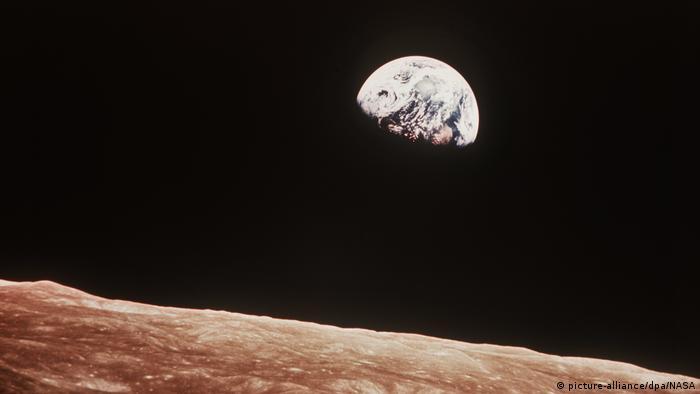 Mond und Erde von der Apollo 8 aus gesehen | 1969 (picture-alliance/dpa/NASA)