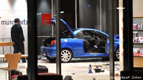 Εισβολή αυτοκινήτου στα κεντρικά του SPD - Ο οδηγός είχε αφήσει σάκο με εύφλεκτα υλικά και στο κόμμα της Μέρκελ