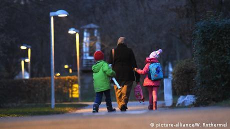 Muslimische Frau holt ihre Kinder von der Schule ab (picture-alliance/W. Rothermel)