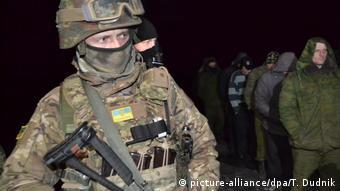 Український солдат під час обміну полоненими із сепаратистами