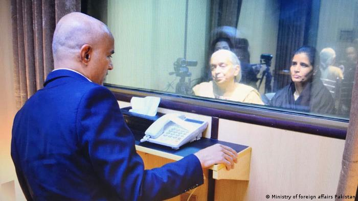 Indian national Kulbhushan Jadhav speaks to mother and wife through glass barrier (Ministry of foreign affairs Pakistan)