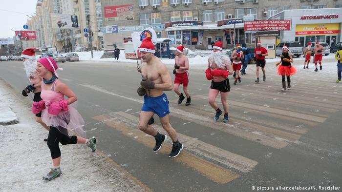 Funny Christmas - Santa Claus Run in Russland (picture alliance/abaca/N. Rostislav)