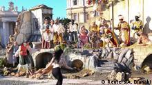 Funny Christmas - Femen Aktivistin stürmt die Krippe auf dem Petersplatz in Rom