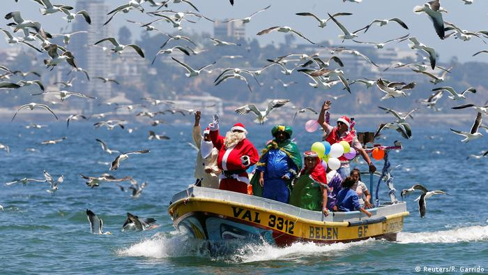 Funny Christmas - Santa Claus Fischerboot - Chile (Reuters/R. Garrido)