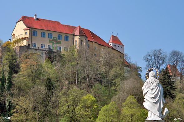 Статуя Девы Марии и замок Нойбург