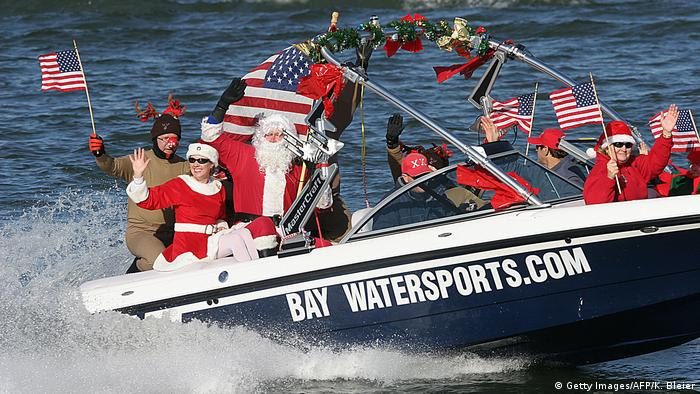 Funny Christmas -Weihnachtsmann auf Boot bei Washington (Getty Images/AFP/K. Bleier)