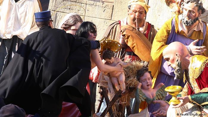Поліція затримує активістку Femen з фігуркою дитини Ісуса