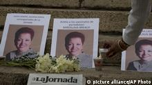 ***Archivbild*** A woman lights a candle next to photos of Mexican journalist Miroslava Breach, gunned down in the northern state of Chihuahua on Thursday, in an improvised altar during a demonstration in Mexico City, Saturday, March 25, 2017. Breach was the third journalist to be killed this month in one of the most dangerous countries for media workers. (AP Photo/Eduardo Verdugo) |