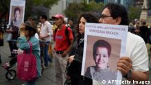 ***Archivbild*** People march during a protest against the recent murder of the correspondent journalist Miroslava Breach, of La Jornada newspaper, at the Angel de la Indepencia in Mexico City, on March 25, 2017. Breach, who investigated drug gangs, was found murdered earlier this week in Chihuahua, northern Mexico near the US border, with multiple gunshot wounds to the head. / AFP PHOTO / ALFREDO ESTRELLA (Photo credit should read ALFREDO ESTRELLA/AFP/Getty Images)