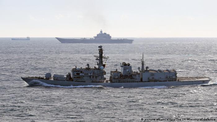 Russisches Schiff wird von HMS St Albans eskortiert