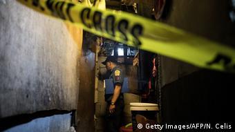A policeman in a Manila slum (Getty Images/AFP/N. Celis)