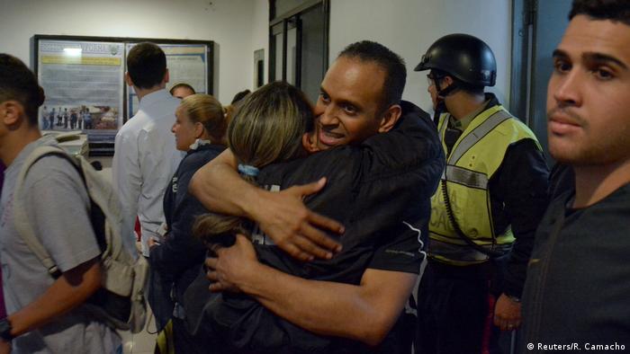 Eduardo Salazar, membro da polícia de Chacao, abraça colega após ser libertado na Venezuela