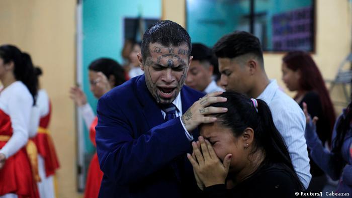 Ex-Gangster Julio Marroquin hilft beim Gottesdienst der Eben-Ezer-Kirche (Reuters/J. Cabeazas)