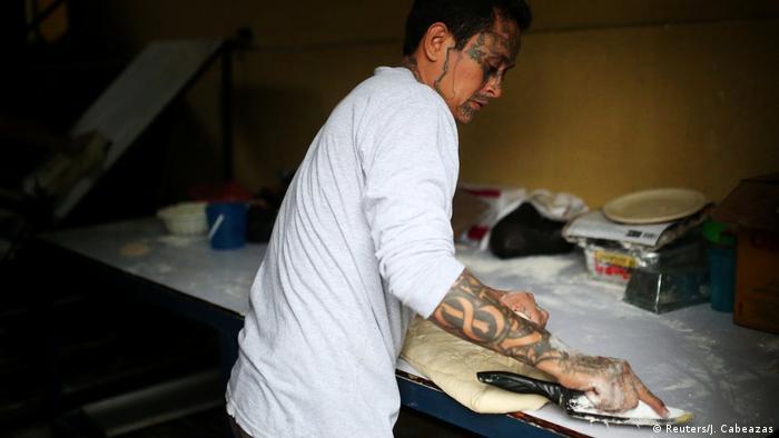 Roberto Renderos auffällige Tattoos machen auch die Gesetzeshüter immer wieder misstrauisch (Reuters/J. Cabeazas)