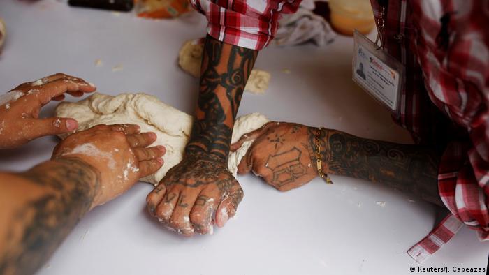 Ex-Gangster kneten Teig (Reuters/J. Cabeazas)