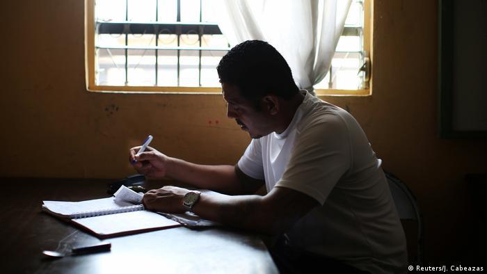Wilfredo Gomez erledigt Papierkram in der Bäckerei (Reuters/J. Cabeazas)