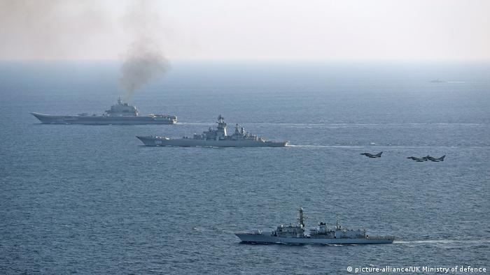 Фрегат и самолеты британских вооруженных сил сопровождают проход российских военных кораблей