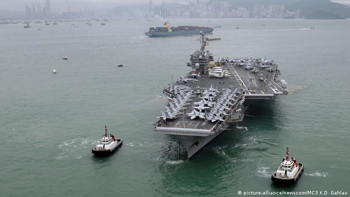 USA Kitty Hawk Class aircraft carrier-Flugzeugträger (picture-alliance/newscom/MC3 K.D. Gahlau)