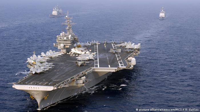 USA Kitty Hawk Class aircraft carrier-Flugzeugträger (picture-alliance/newscom/MC3 K.D. Gahlau)