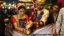 Indien Philantrop sponsort Massen-Hochzeit (picture-alliance/AP Photo/A. Solanki)