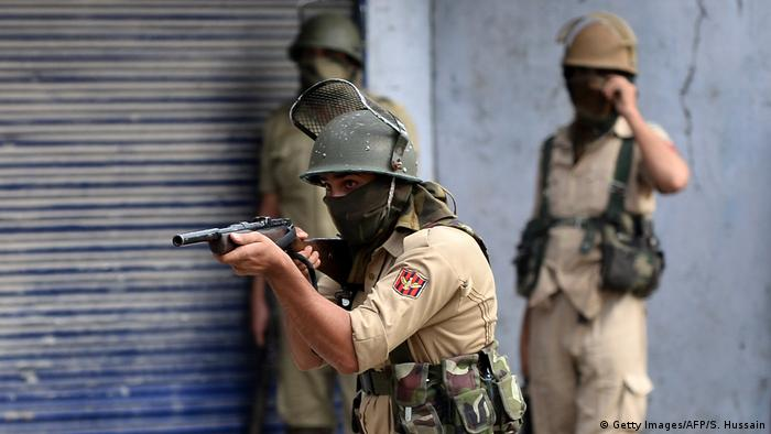 Indien Sicherheitskräfte in Kashmir (Getty Images/AFP/S. Hussain)